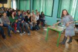 """Ilze Saleniece vada attīstības izglītības nodarbību Viļa Plūdoņa Kuldīgas ģimnāzijā 2010.gada 3.septembrī projekta """"Skolas kā satelīti attīstības izglītībā"""" ietvaros"""