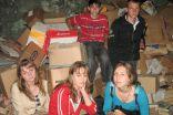 9.klases skolēni pie savāktā makulatūras kalna