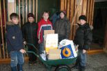 Viļakas pamatskolas 3. klases skolēni transportē savākto makulatūru