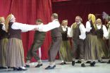 Dejotāju vidū arī skolas direktors Jānis Ķipāns