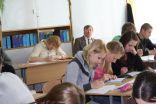 Stundu vēro Aknīstes vidusskolas direktors Jānis Ķipāns un Lizuma vidusskolas skolotāja