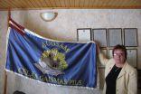 Anita Kostigova iepazīstina ar atjaunoto skolas karogu