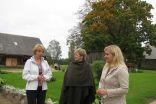 Irēna Ābeltiņa un Linda Ugaine ciemos pie Skaidrīte Burkites sarunājas par saimniekošanu laukos