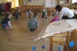 """Skolotāja V.Kordasa vada nodarbību """"Saulīte un lietutiņš"""" 4-gadīgo bērnu grupā"""
