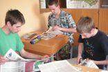 """""""Pasaule ienāk klasē"""" - sociālo zinību stunda 9.klasei, kurā nopietni tiek meklēta informācija laikrakstos par Latvijas starptautiskajām attiecībām"""