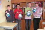 6.klases pārstāvji Aleksis, Niks, Marta un Anete demonstrē sava darba rezultātus