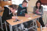 Devītklasnieki Edgars, Toms un Annija uzzina  jaunumus par saviem mobilajiem  telefoniem