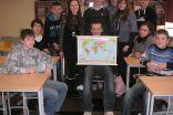 Nodarbības noslēguma kopbilde - punktiņu izraibināta pasaules karte, 9.klases skolēni un Gita Skujiņa