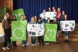 Darba grupas ar izveidotajiem plakātiem par labvēlīgu ekoloģisko ietekmi un mūsdienu pasaules ilgtspējas aktualitātēm