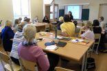 Bioloģijas skolotāja Sandra Gromska aizrautīgi dalās zināšanās par resursu ierobežotības jautājumiem